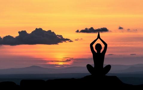 Jóga s výhledem na horské hřebeny